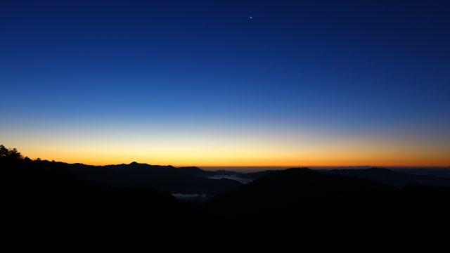 夜明け前の下弦の月