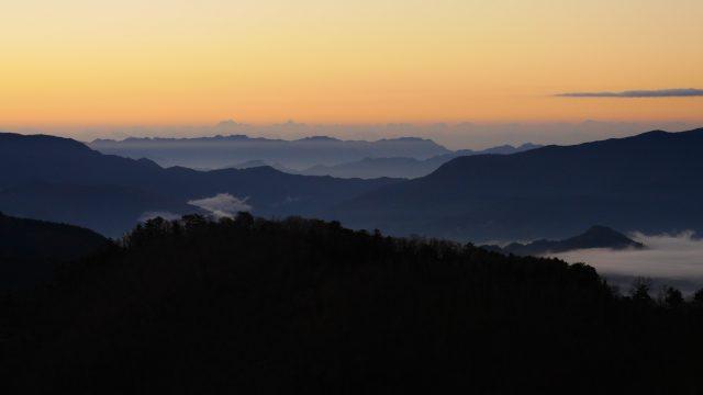 朝靄で山の稜線が浮き上がる