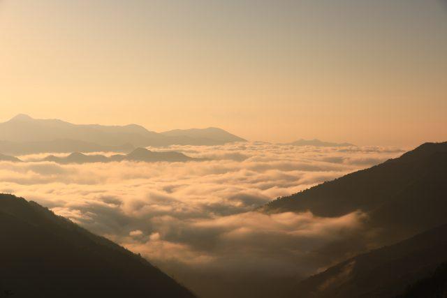 朝陽に輝く雲海 三浦峠より