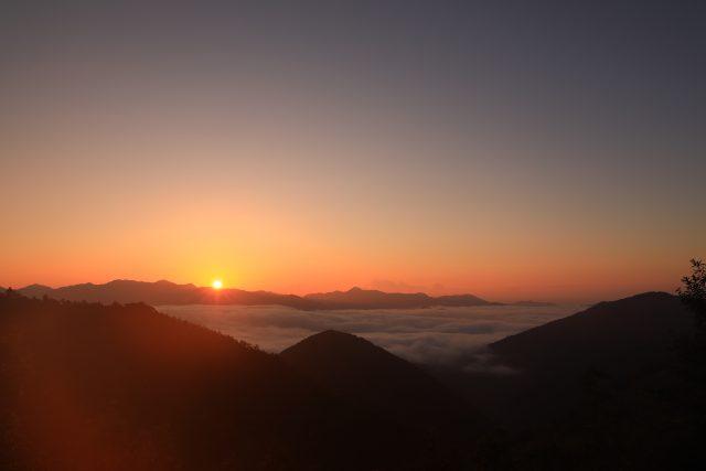 朝陽で輝く雲の海
